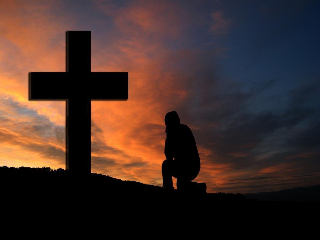 A genoux devant la croix